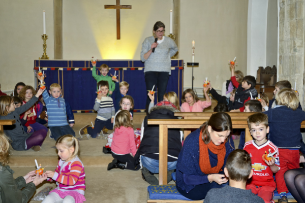 [Children at the Christingle service]